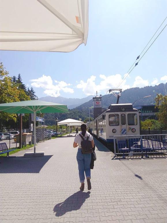 eu de costas caminhando em direção ao trem para o zugspitze