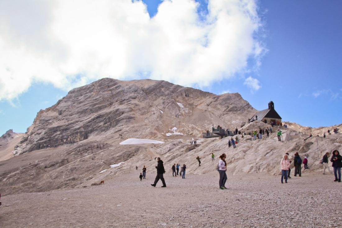 capela no meio da montanha